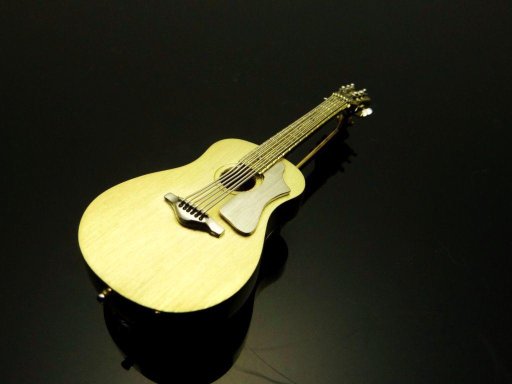 ギターブローチ